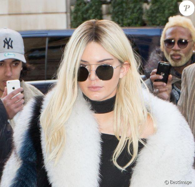 Kendall Jenner - Kendall Jenner (en blonde) et Gigi Hadid (en brune) et Kris Jenner à la sortie du restaurant l'Avenue à Paris le 3 mars 2016  Kris Jenner, Kendall Jenner and Gigi Hadid leaving the Avenue Restaurant in Paris 3 March 2016.03/03/2016 - Paris