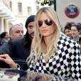 Alessandra Ambrosio dans les rues de Paris avec des amis durant la fashion week le 3 mars 2016