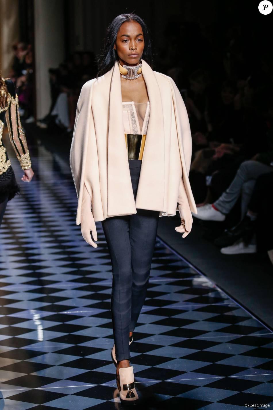 model d fil de mode balmain collection pr t porter automne hiver 2016 2017 lors de la. Black Bedroom Furniture Sets. Home Design Ideas
