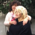 Loana reçoit Gala chez elle à Paris, dans le 16e arrondissement. Sa maman Violette est au près d'elle