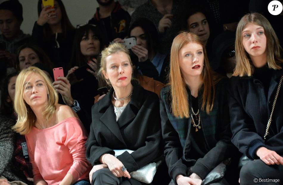 Emmanuelle Béart, Karin Viard et ses filles Marguerite et Simone - People au défilé de mode Paul & Joe collection prêt-à-porter Automne Hiver 2016/2017 lors de la fashion week à Paris, le 8 mars 2016. © CVS/Veeren/Bestimage