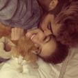 Gigi Hadid annonce le décès de son chat Chub sur sa page Instagram en publiant une photo du félin avec son amoureux Zayn Malik. Le 20 mars 2016.