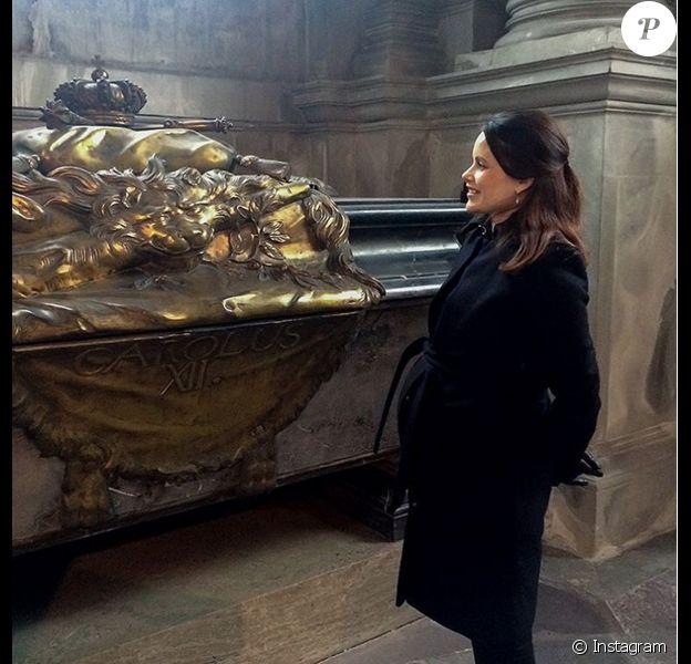 La princesse Sofia de Suède, enceinte, visitant l'église Riddarholm à Stockholm et posant devant le tombeau de Karl XII fin mars 2016. Photo Instagram cour royale de Suède.