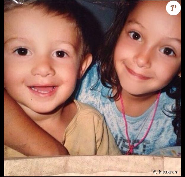 Tarek et Nabilla Benattia lorsqu'ils étaient enfants. Un cliché dévoilé par la star le 25 mars 2016 sur son compte Instagram.