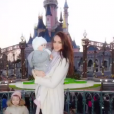Jade Foret, ses trois enfants, Liva (3 ans), Mila (2 ans) et Nolan (2 mois) à Disneyland Paris. Mars 2016.