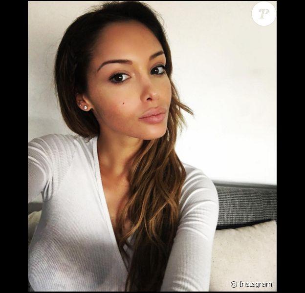 La jolie Nabilla s'offre un selfie au naturel