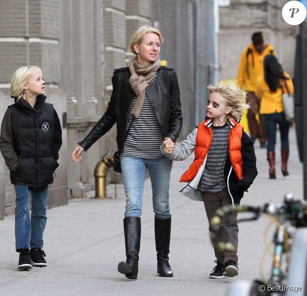 Naomi Watts et ses enfants Samuel et Alexander maquillés pour Halloween se baladent à New York le 23 octobre 2015.