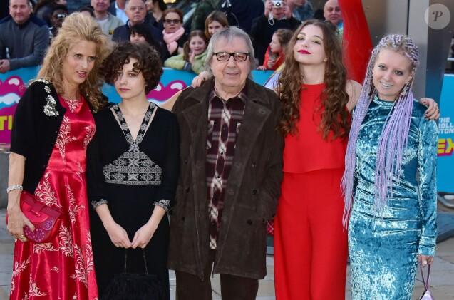"""Suzanne Accosta, le femme de Bill Wyman, Bill Wyman et leurs filles Jessica, Matilda et Katherine au vernissage de l'exposition """"Exhibitionism"""" consacrée aux Rolling Stones à la Saatchi Gallery de Londres le 4 avril 2016. © CPA / Bestimage"""