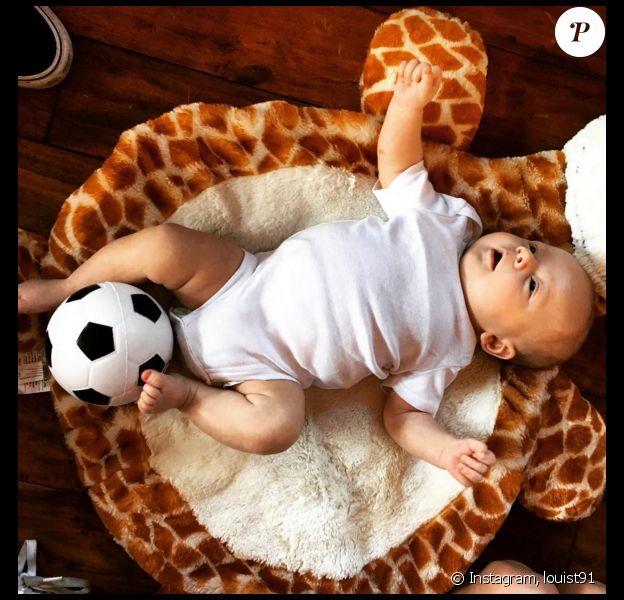 Louis Tomlinson a publié une photo de son fils Freddie, un ballon de foot aux pieds. Photo publiée sur Instagram, le 7 avril 2016.