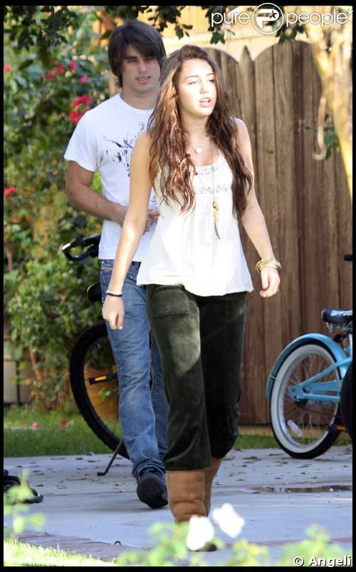 Miley Cyrus et Justin Gaston en partance pour l'aéroport de Los Angeles, le 25/10/08