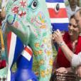 Kate Middleton et le prince William ont profité de leur visite de la Fondation Mark Shand, défunt oncle de William, pour finir de peindre une des 300 statues d'éléphants réalisées pour une parade de levée de fonds, le 13 avril 2016 dans le parc Kaziranga dans l'Etat d'Assam en Inde, au quatrième jour de leur tournée officielle.