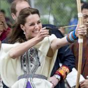 """Kate Middleton au Bhoutan : Archère hilare et stylée """"local"""" face à sa """"jumelle"""""""