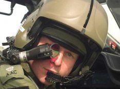 REPORTAGE PHOTO : Le prince Harry bientôt... pilote d'hélico ! En attendant, il cultive déjà le look !