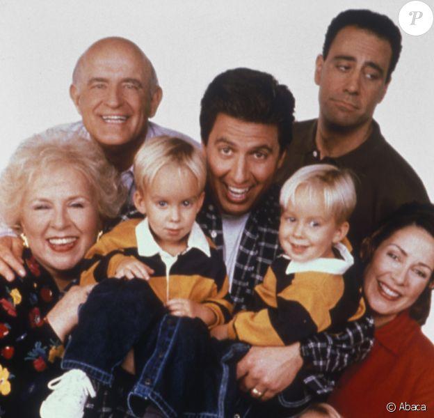 "Les acteurs de la série ""Tout le monde aime Raymond"" avec Doris Roberts, Peter Boyle, Ray Romano, Brad Garrett, Patricia Heaton, Madylin Sweeten, Sawyer Sweeten et Sullivan Sweeten."