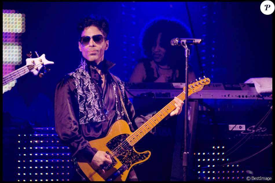 2231464-le-chanteur-prince-en-concert-prive-au-c-950x0-1.jpg