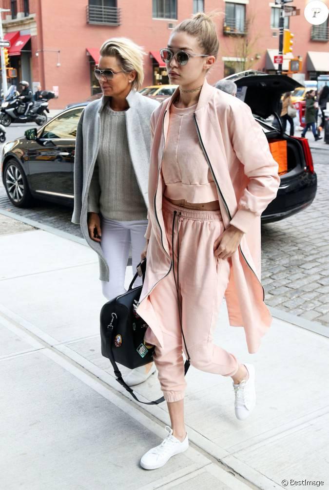gigi hadid et sa m re yolanda foster se prom nent dans les rues de new york le 11 avril 2016. Black Bedroom Furniture Sets. Home Design Ideas