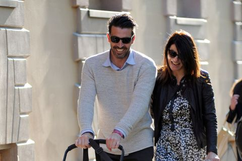 Gianluigi Buffon (Juventus Turin) : Pause tendresse avec femme et enfant