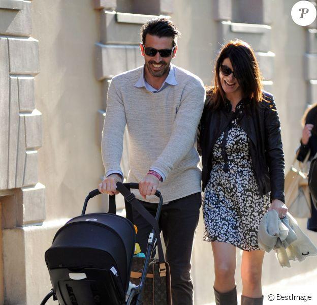 Gianluigi Buffon, sa femme Ilaria D'Amico et leur fils Leopoldo à Milan, le 27 avril 2016.