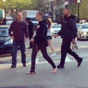 Justin Bieber pieds nus et perché dans un arbre : Un étrange comportement