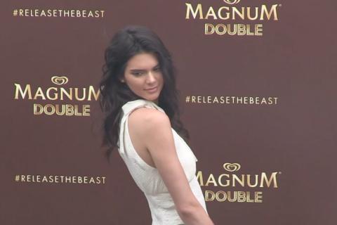 Kendall Jenner à croquer pour Magnum, sa mère Kris fière aux premières loges