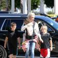 Gwen Stefani emmène ses enfants Kingston, Zuma et Apollo à l'église dans le quartier de North Hollywood, le 17 avril 2016