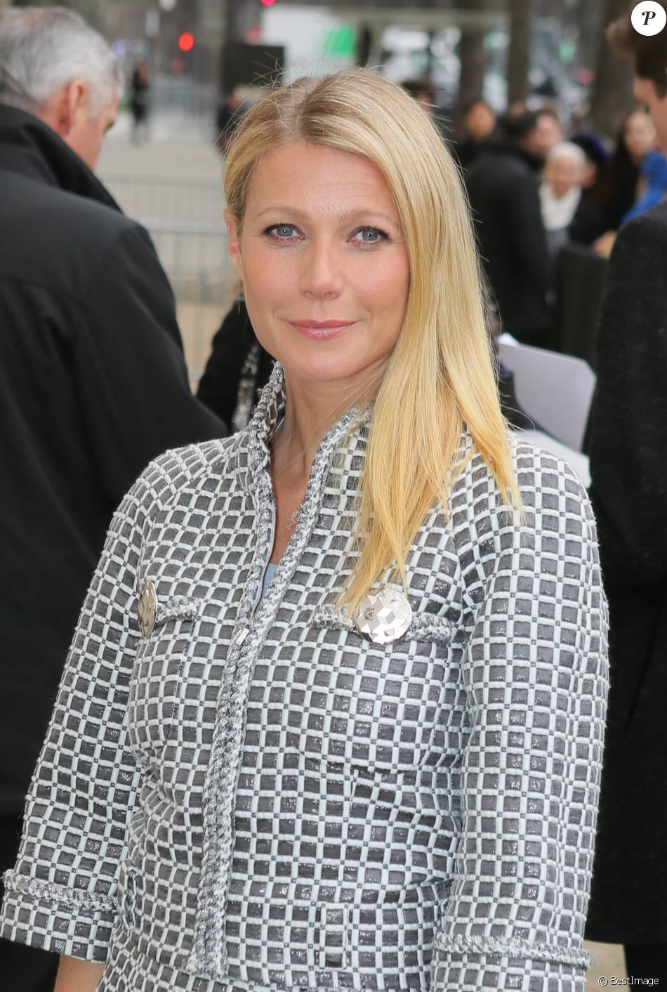 Astounding Gwyneth Paltrow Au Defile De Mode Haute Couture Chanel Collection Hairstyles For Women Draintrainus
