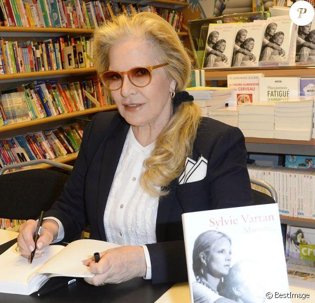 """Sylvie Vartan - Sylvie Vartan présente son livre intitulé """"Maman"""" lors d'une séance de dédicace à la librairie Lamartine à Paris le 12 mai 2016"""
