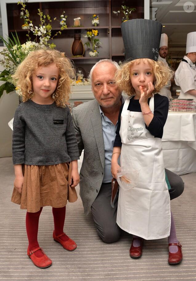 Exclusif - François Berléand avec ses jumelles, Adèle et Lucie, lors d'un goûter de Pâques Tout Chocolat à l'Hôtel de Vendôme à Paris le 9 avril 2014.