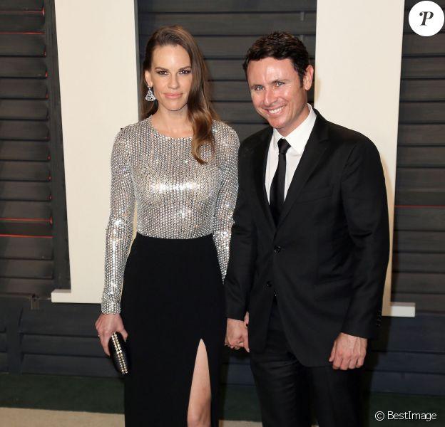 """Hilary Swank et son compagnon Ruben Torres à la soirée """"Vanity Fair Oscar Party"""" après la 88e cérémonie des Oscars à Beverly Hills, le 28 février 2016."""