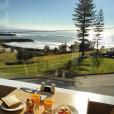 Marine Lorphelin en vacances avec son chéri en Australie, juin 2016. Petit déjeuner avec vue sur l'océan.