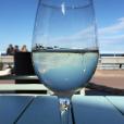 Marine Lorphelin en vacances avec son chéri en Australie, juin 2016. Petit verre de vin blanc avec vue sur l'océan.