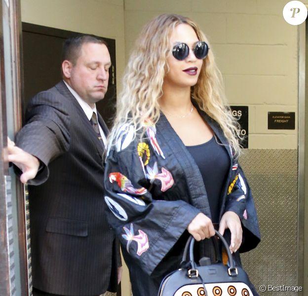 Beyoncé sort de l'hôtel Greenwich à New York, habillée d'une veste kimono et d'une jupe rayée Selly Raby Kane, tenant un sac Burberry et chaussée de sandales ALAÏA. Le 14 juin 2016.
