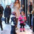 La chanteuse Mariah Carey et ses jumeaux Monroe et Moroccan Cannon font du shopping sous la neige pendant leur sejour a Aspen, dans le Colorado, le 20 decembre 2013.