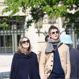 Exclusif - Eddie Redmayne et sa femme Hannah Bagshawe (enceinte) continuent leurs sorties dans Paris et font le tour de la Place des Vosges le 6 avril 2016.