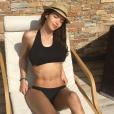 """Nabilla, sensuelle en maillot, de bain pour un """"Pool Day"""" avec Thomas Vergara. Le 21 juin 2016."""