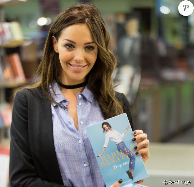 """Nabilla Benattia dédicace son livre """"Trop Vite"""" à la librairie Filigranes, à Bruxelles, Belgique, le 13 juin 2016."""