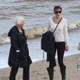 Taylor Swift et Tom Hiddleston se promènent sur la plage de Suffolk, le 26 juin 2016. Ils ont été rejoints par la mère de Tom et quelques amis.