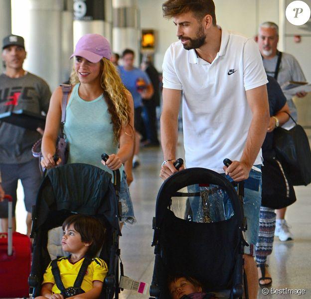 Shakira avec son mari Gerard Piqué et leurs enfants Milan et Sasha, arrivent à l'aéroport de Miami, le 6 juillet 2016.