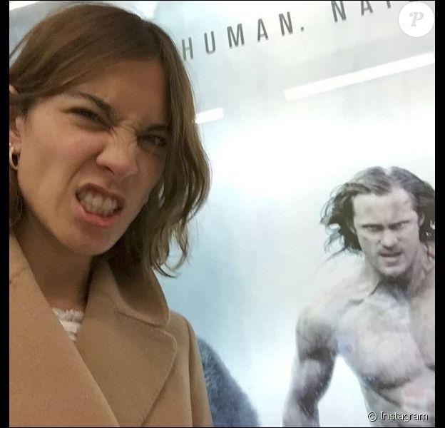 "Alexa Chung se moquant de son compagnon, l'acteur Alexander Skarsgård, actuellement à l'affiche de ""Tarzan"", le 5 juillet 2016"