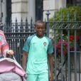 La femme de Guy Ritchie Jacqui Ainsley et son beau-fils David Banda Ciccone Ritchie se promènent dans la rue à Londres, le 22 juin 2016.