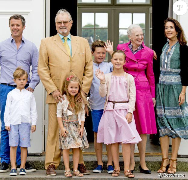 Le prince Frederik, le prince Vincent, la princesse Josephine, le prince Henrik, le prince Christian, la princesse Isabella, la reine Margrethe, la princesse Mary - La famille royale de Danemark lors d'un photocall au palais de Grasten, le 15 juillet 2016.15/07/2016 - Grasten