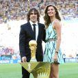 Carlos Puyol et Gisele Bündchen présentent le trophée de la Coupe du monde lors de la finale Allemagne - Argentine. Rio de Janeiro, juillet 2014.