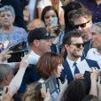 Jamie Dornan rencontre des fans à l'Opéra Garnier à Paris le 18 juillet 2016.