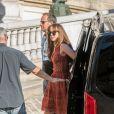 """Dakota Johnson arrive sur le tournage du film """"50 nuances plus sombres"""" sur le balcon de l'Opéra Garnier à Paris le 18 juillet 2016."""