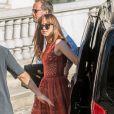 """Dakota Johnson arrive sur le tournage du film """"50 nuances plus sombres"""" à l'Opéra Garnier, Paris le 18 juillet 2016."""