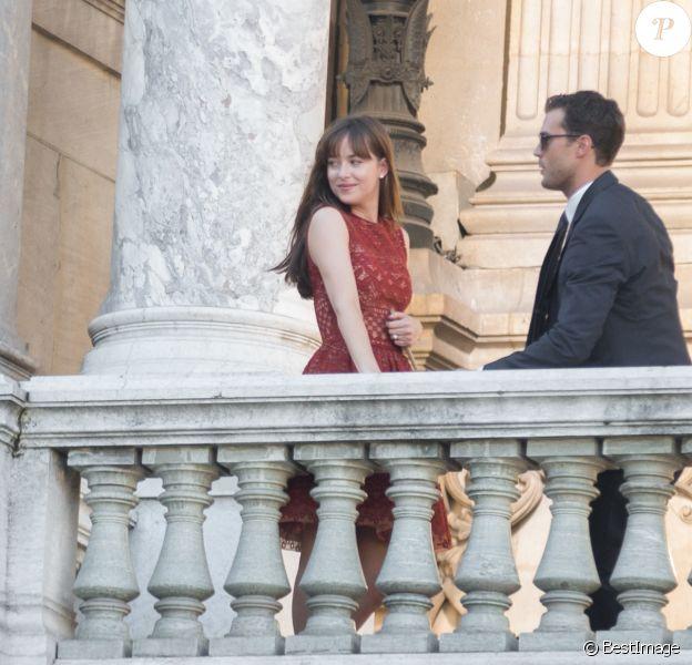 """Dakota Johnson (robe Elie Saab) et Jamie Dornan tournent une scène du film """"50 nuances plus sombres"""" sur le balcon de l'Opéra Garnier à Paris le 18 juillet 2016."""