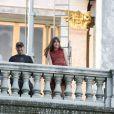 """Dakota Johnson et Jamie Dornan tournent une scène du film """"50 nuances plus sombres"""" sur le balcon de l'Opéra Garnier à Paris le 18 juillet 2016."""