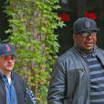 Bobby Brown pose avec des fans à sa sortie des studios Sirius XM à New York. Le 19 octobre 2015 © CPA / Bestimage
