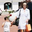 Miranda Kerr de sortie avec son fils Flynn à Malibu, porte une robe-chemise rayée Rails, un sac Céline et des baskets rag & bone. Le 16 juillet 2016.