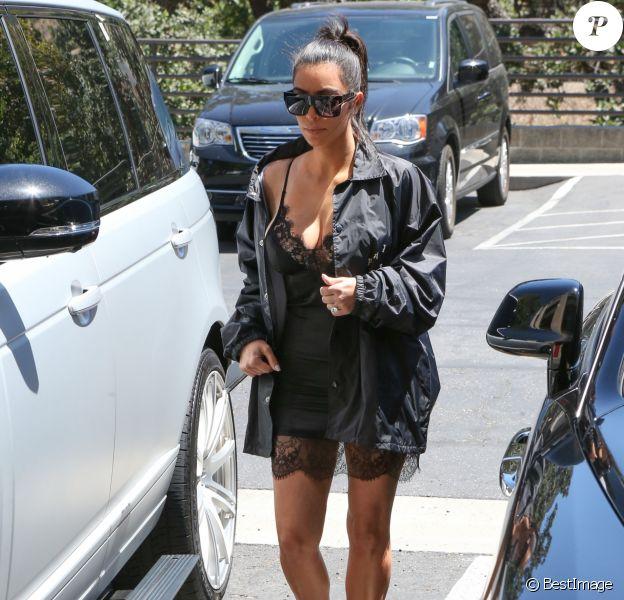 Kim Kardashian est allée déjeuner avec sa soeur Khloé, sa mère Kris Jenner et son meilleur ami Jonathan Cheban à Westlake, vêtue d'une veste Pablo (nom de la ligne de merch de Kanye West), d'une robe Mystylemode et de sandales Manolo Blahnik. Des lunettes de soleil Céline accessoirisent sa tenue. Le 15 juillet 2015.
